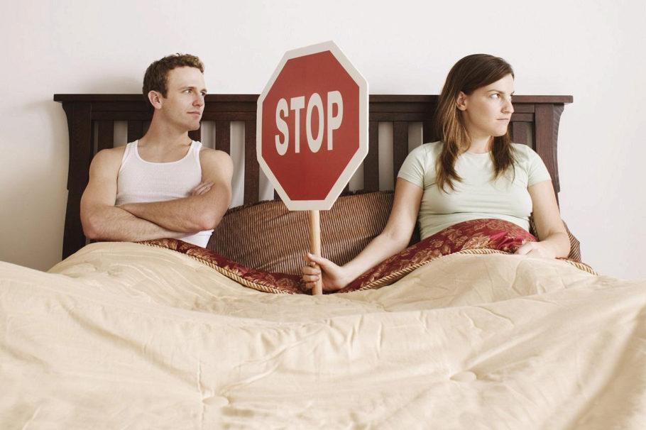 мужчина и женщина лежат на кровати