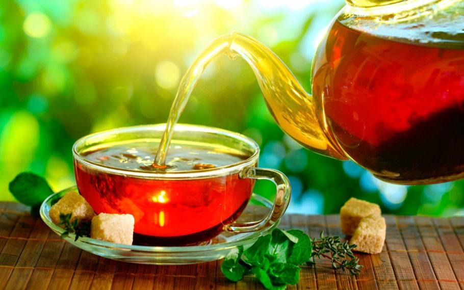 Чайник с чашкой чая