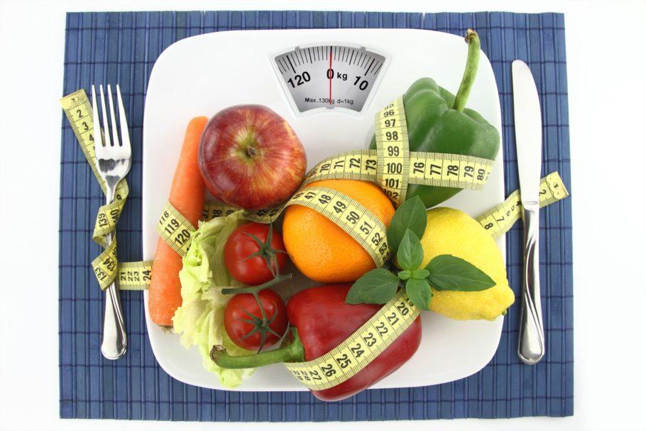 овощи и фрукты овитые сантиметром на весах