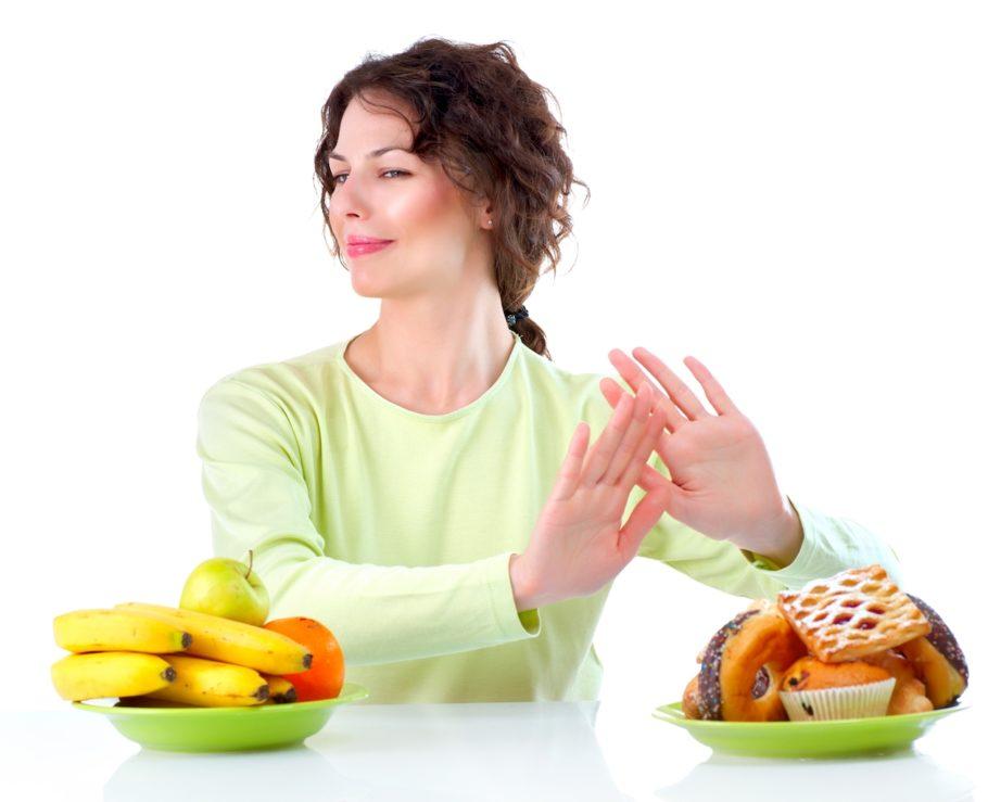 Девушка отказывается от вредной еды ради полезной
