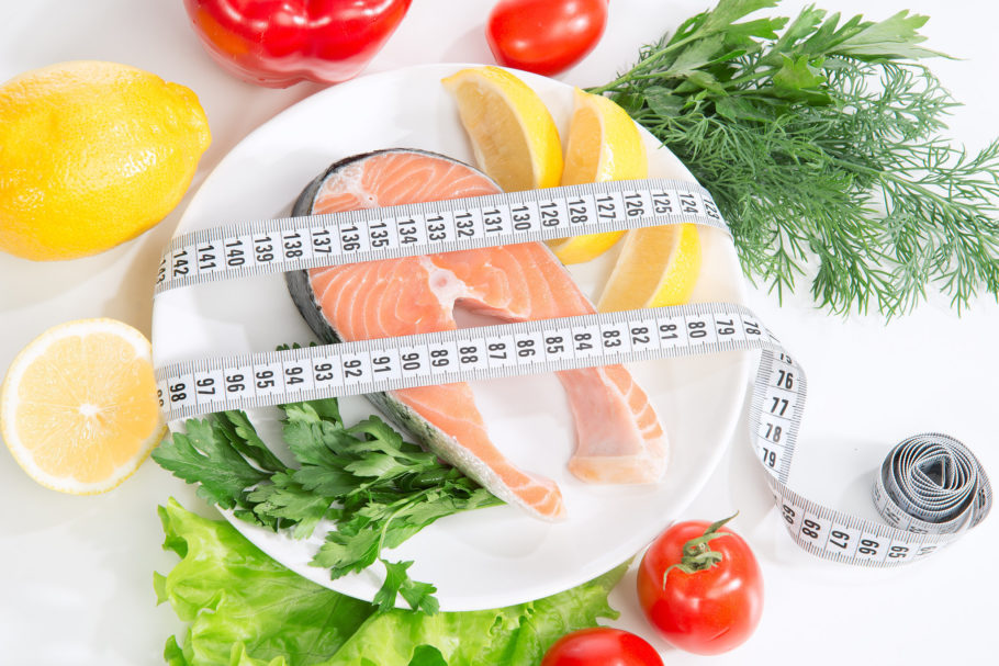 рыба, лимон и сантиметр