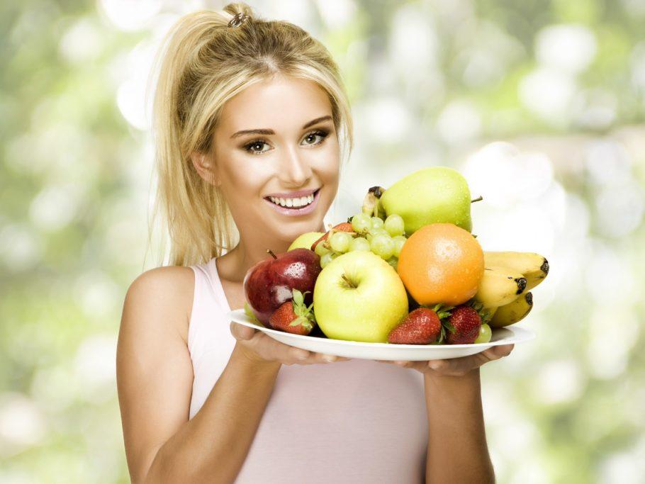 девушка с тарелкой фруктов и ягод