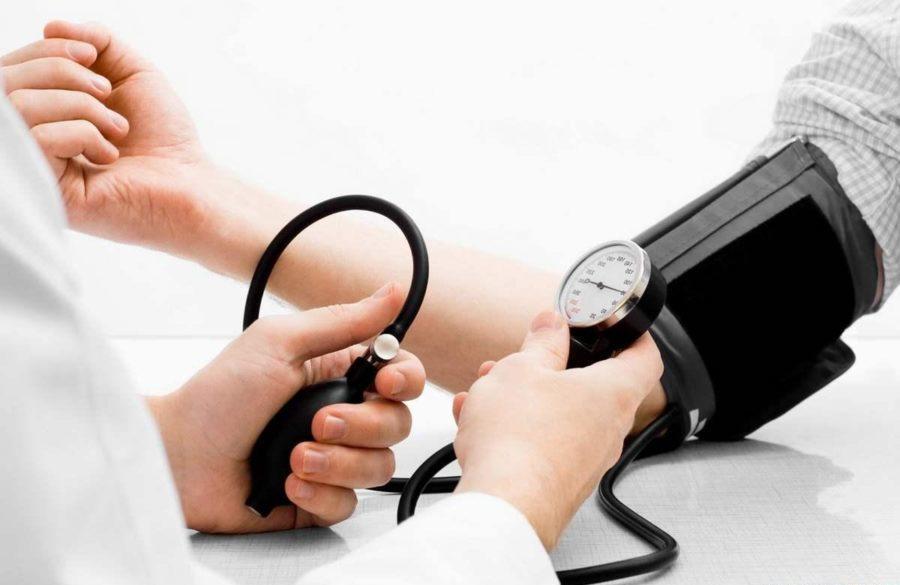 Доктор меряет давление