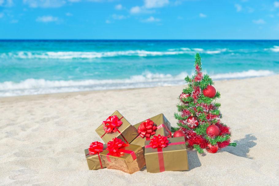 елка и подарки на пляже