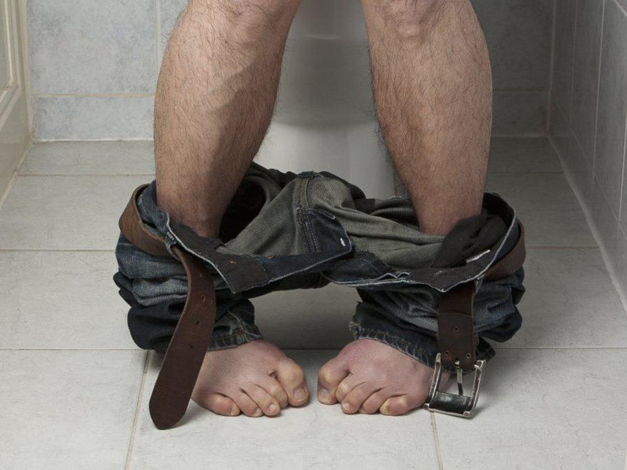 Волосатые ноги и спущенные штаны