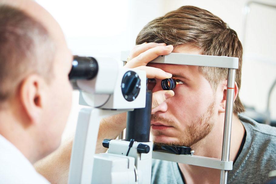 Врач обследует глаза пациента
