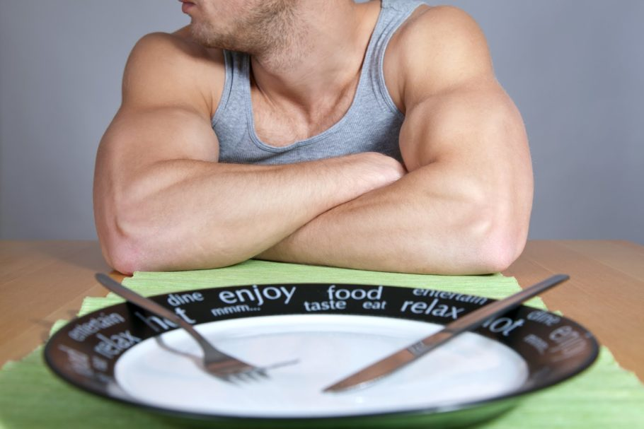 Мужчина за столом с пустой тарелкой