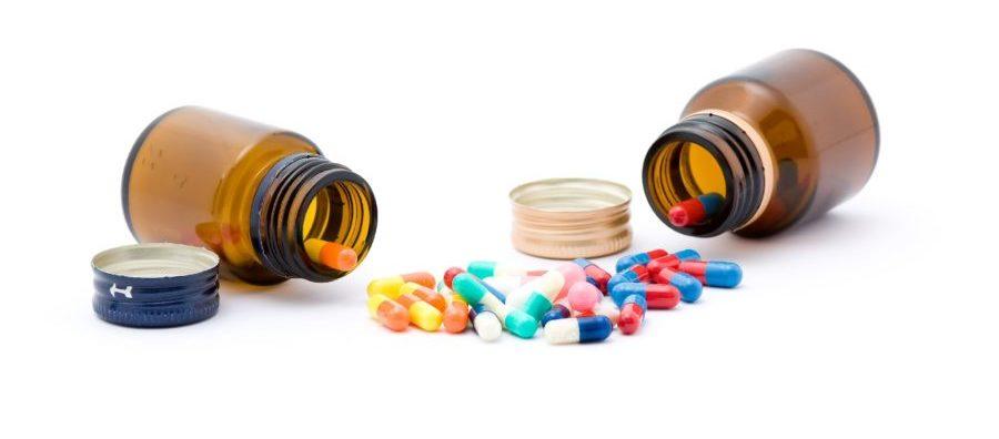 Высыпанные таблетки из баночек