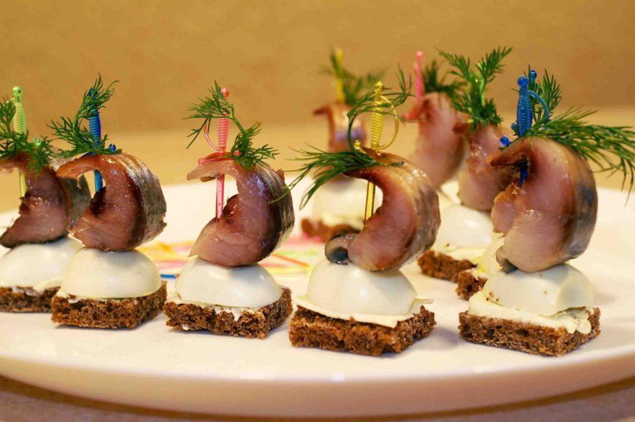 Канапе со скумбрией, сладким луком и яйцами перепелки