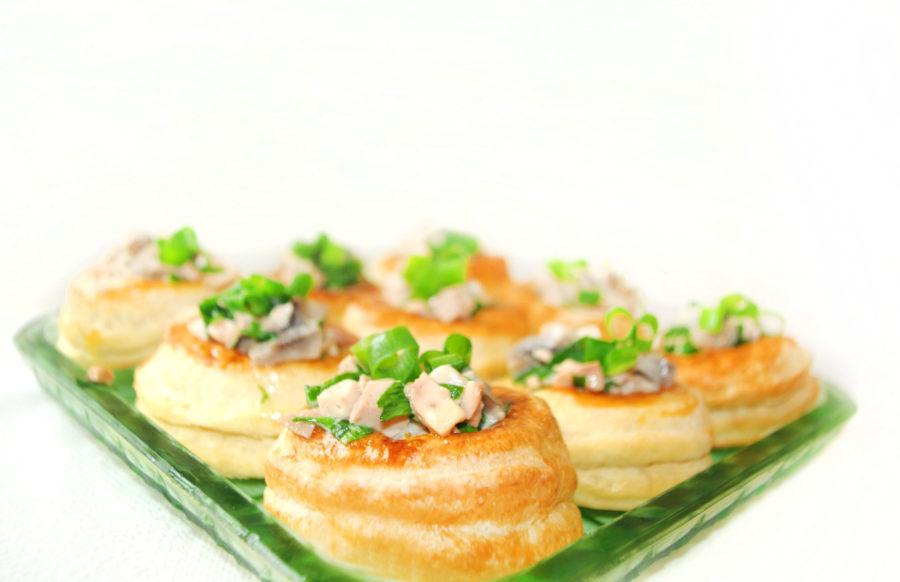 Волованы с печенью трески, яйцами и зеленым луком