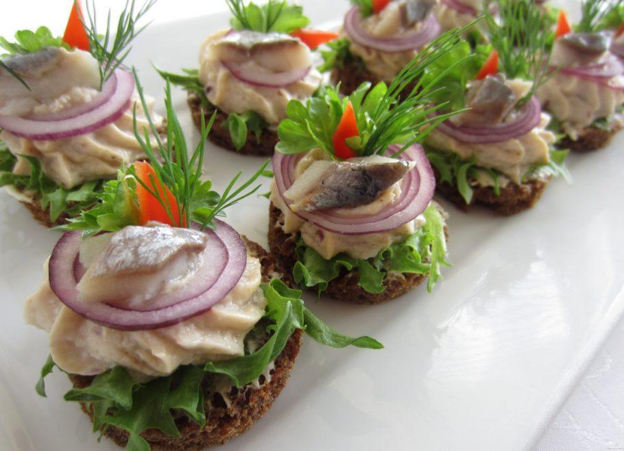 Тарталетки с сыром, зеленью и сельдью