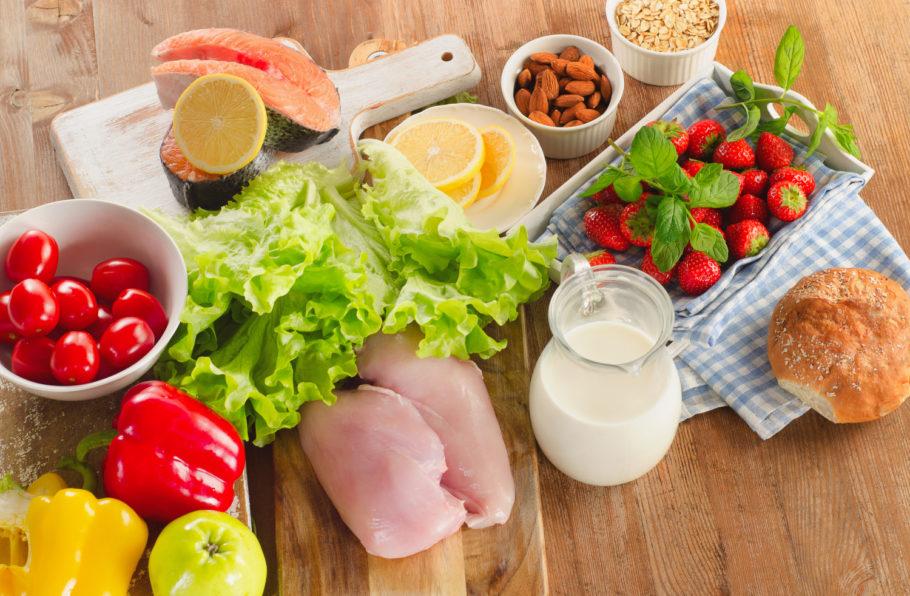 продукты питания: куриное филе, овощи, рыба, ягоды и другие