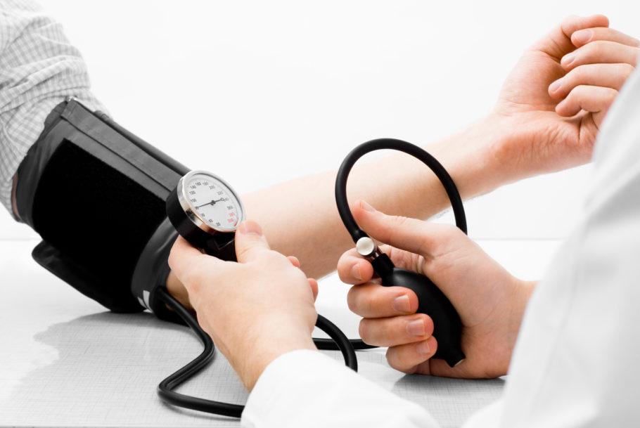 врач замеряет мужчине давление