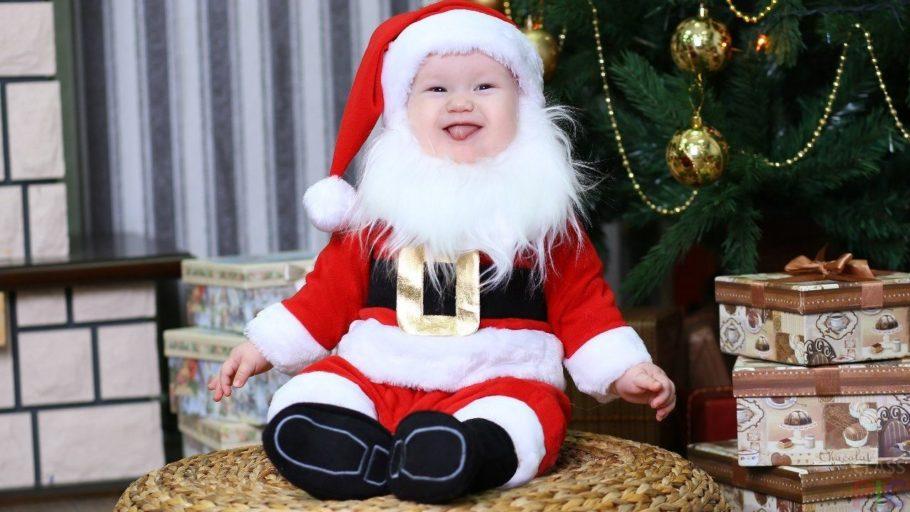 ребенок в костюме Деда Мороза