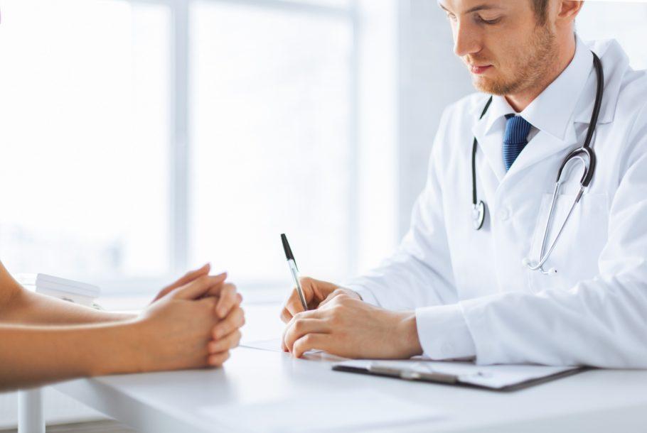 Доктор проводит консультацию