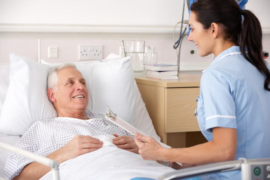 Врач проводит осмотр больного в больнице