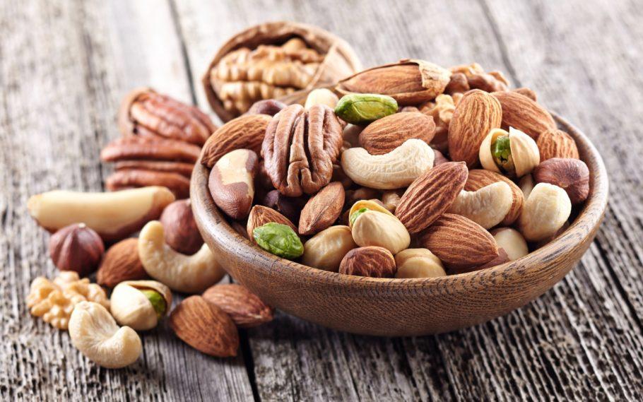 разные орехи в деревянной тарелке