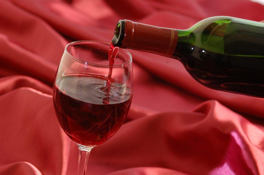 вино наливают в бокал