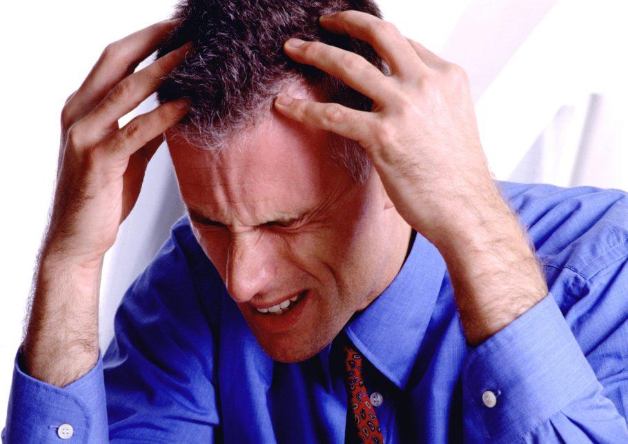 У мужчины стресс, болит голова