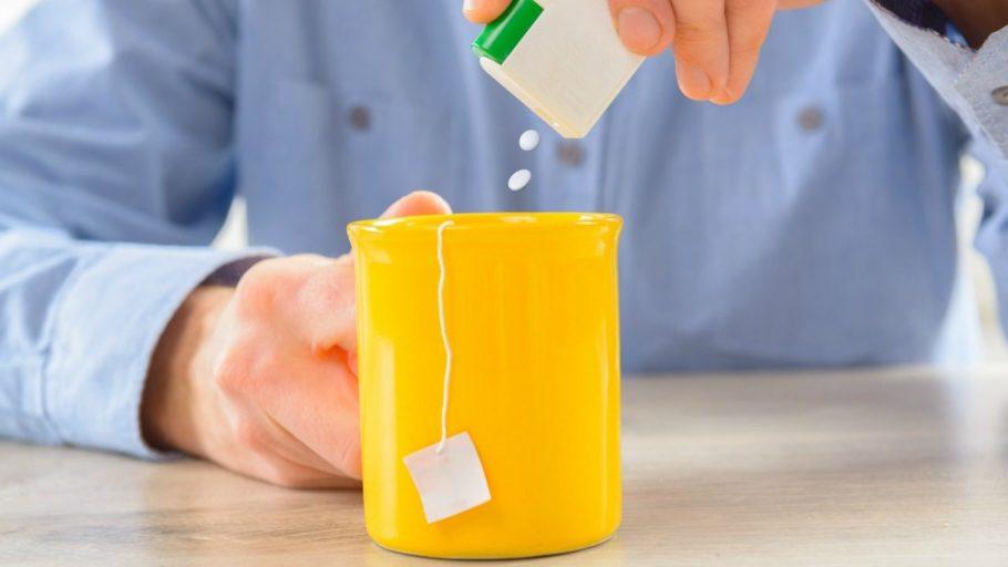 в чашку чая добавляют сахарозаменитель