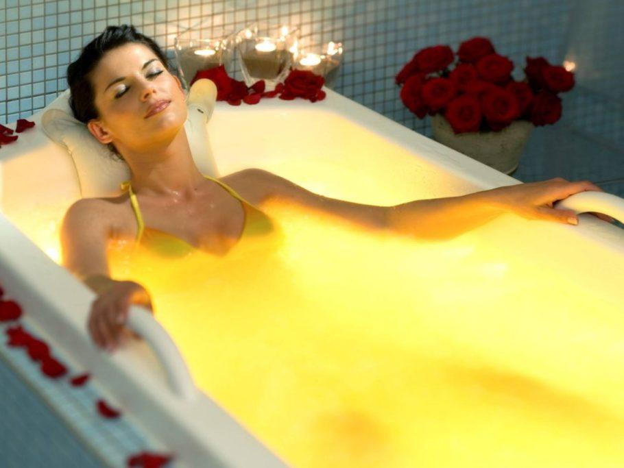 девушка в лечебной ванне