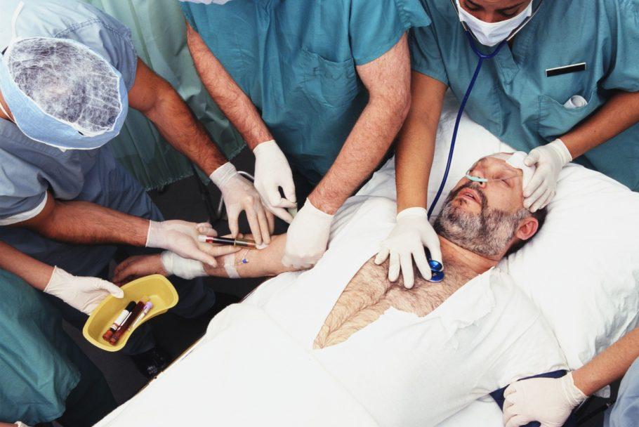 У больного берут ананлизы крови