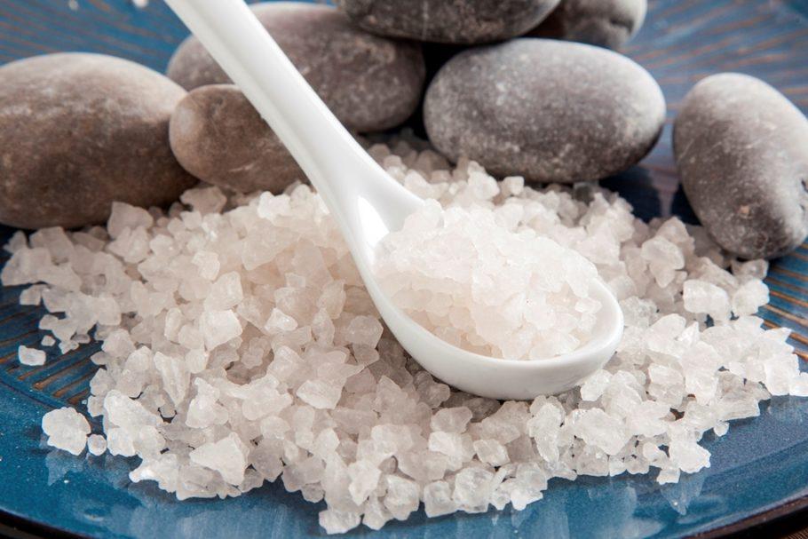 Морская соль на фоне гальки