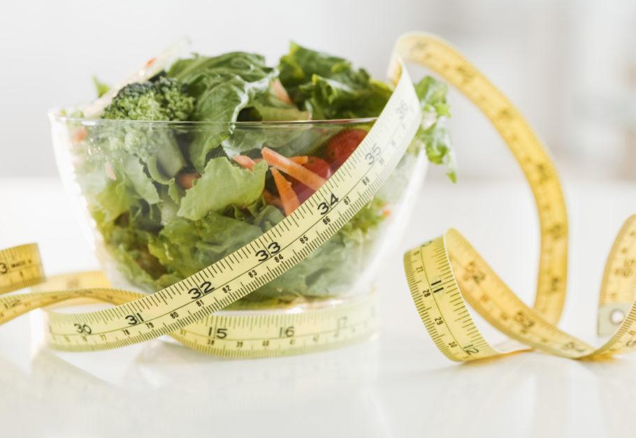 миска салата с сантиметром