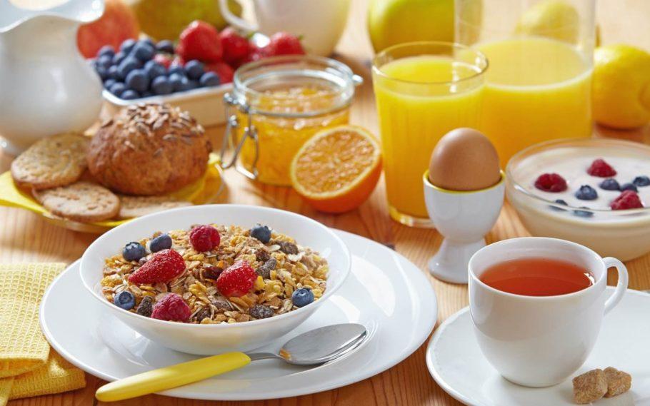 хлопья, ягоды, цитрусы и другие продукты питания