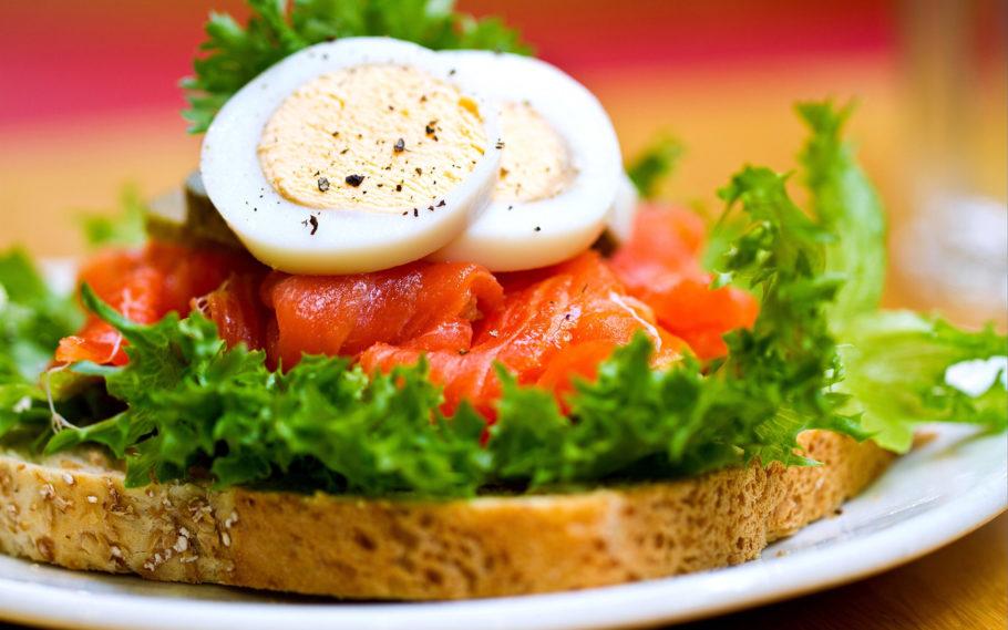 бутерброд с рыбой и яйцом