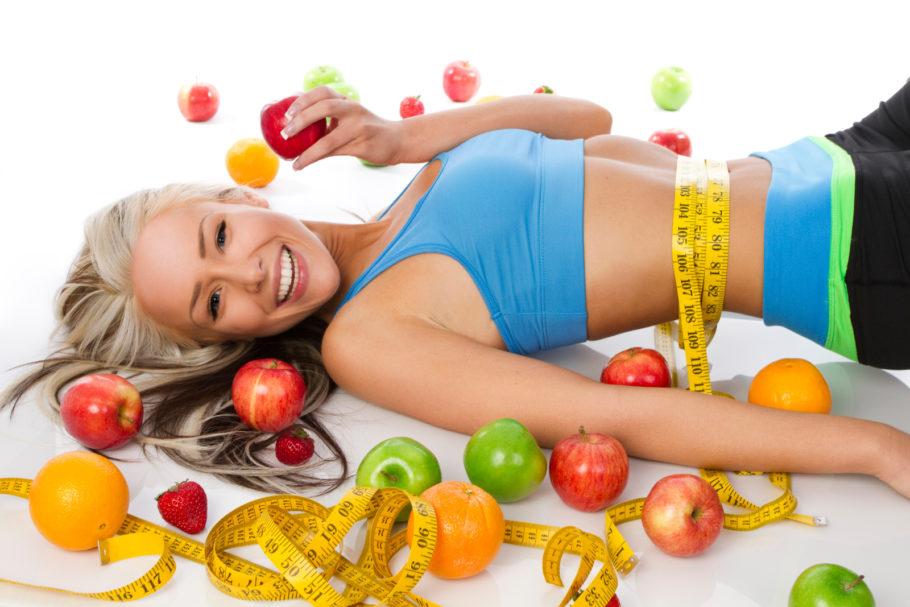 девушка с яблоками и цитрусами