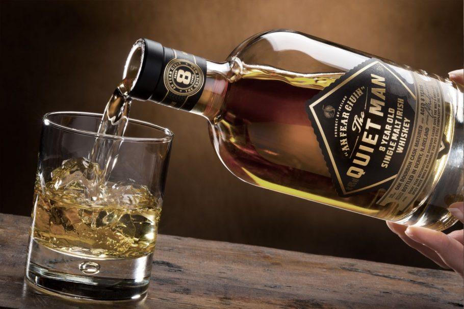 Виски наливают в стакан