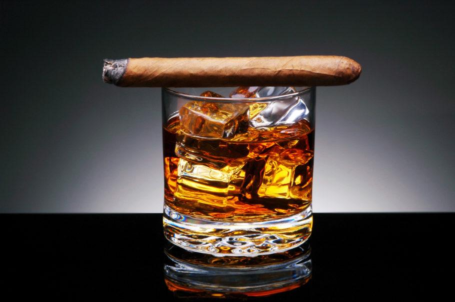 Виски со льдом и сигара