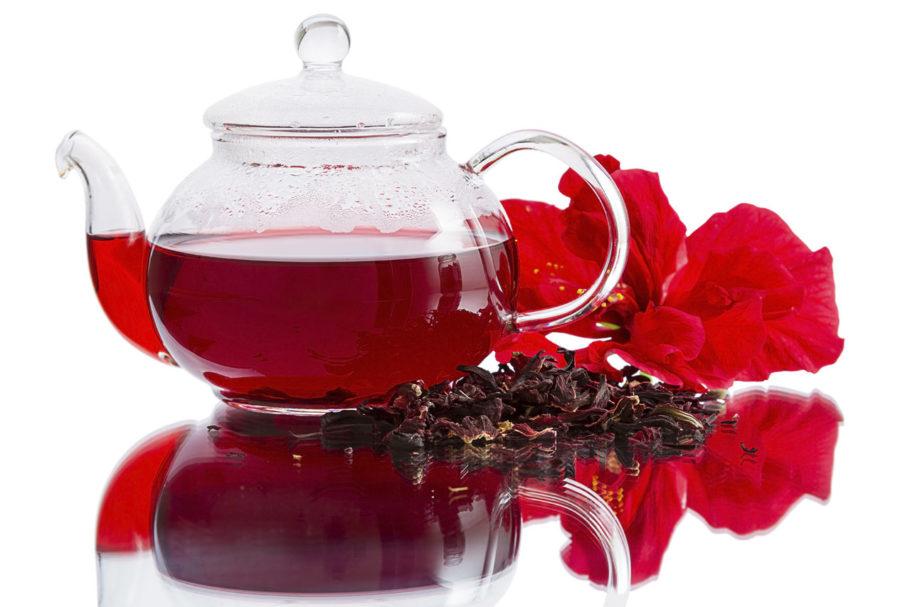 Чай из каркаде в стеклянном чайнике