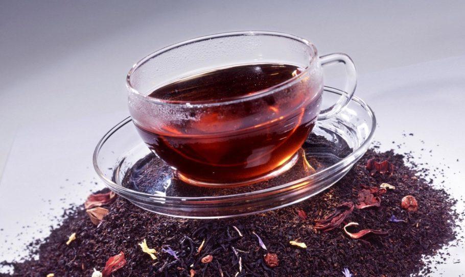 Чай из каркаде в стеклянной чашке