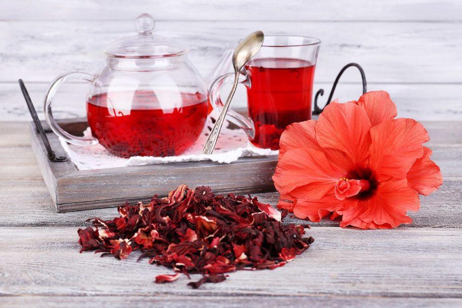 Чай из каркаде в заварнике и стеклянной чашке