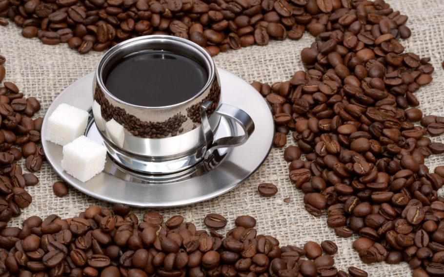 Чашка кофе и зерна