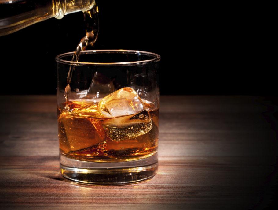 стакан алкоголя со льдом