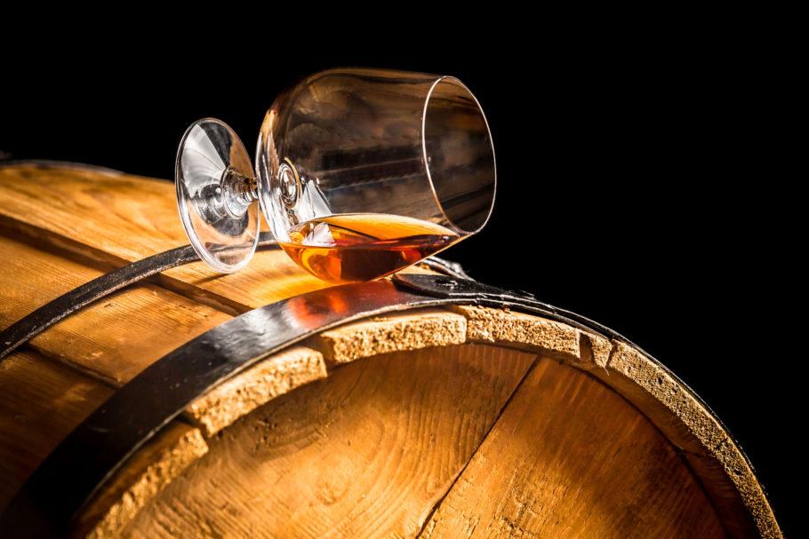 бокал коньяка на деревянной бочке