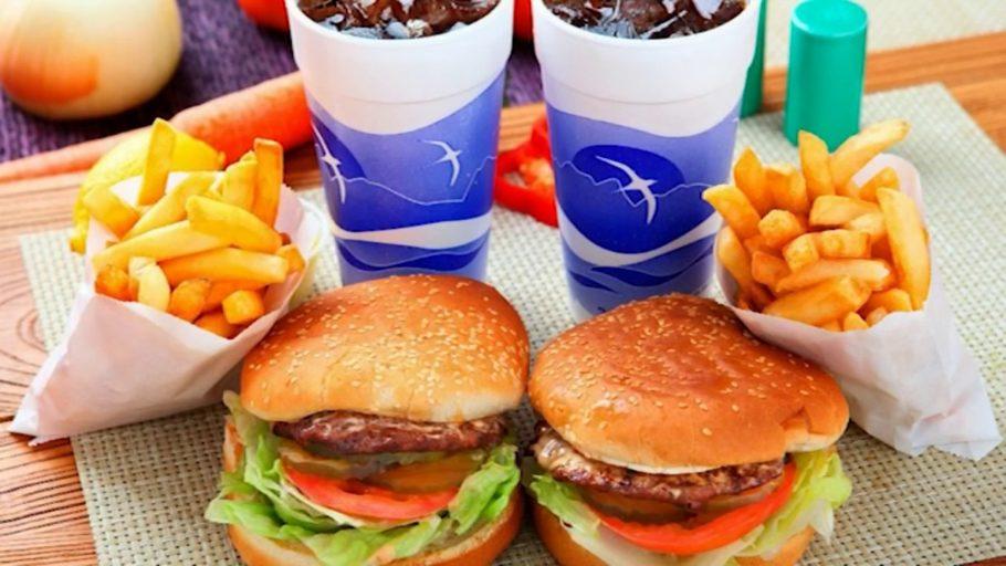 гамбургеры, картошка фри и кола