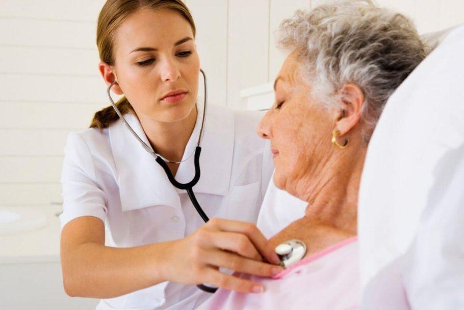 врач измеряет сердцебиение у женщины