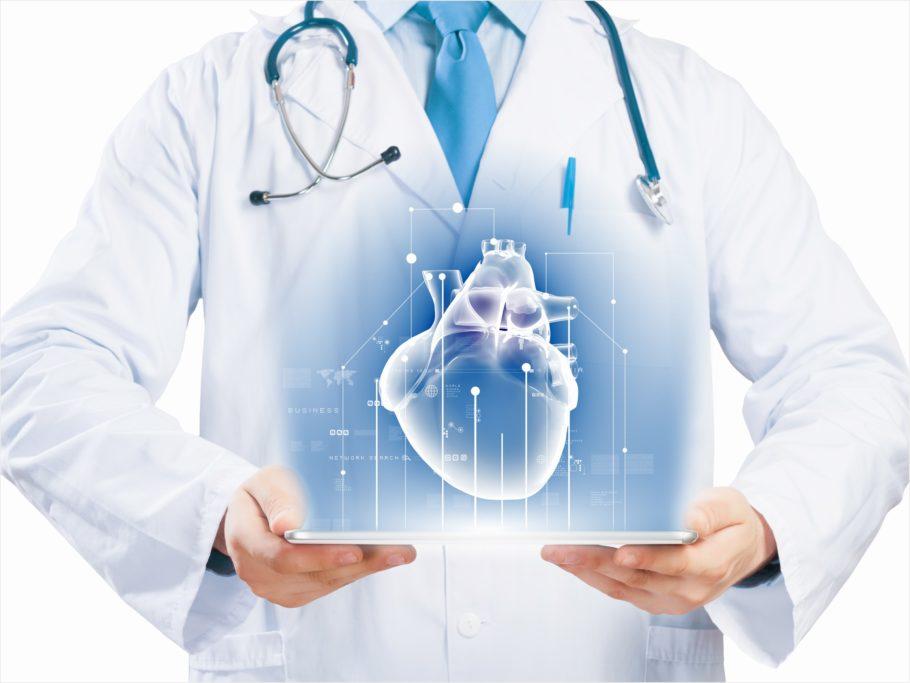 врач с голограммой сердца на планшете