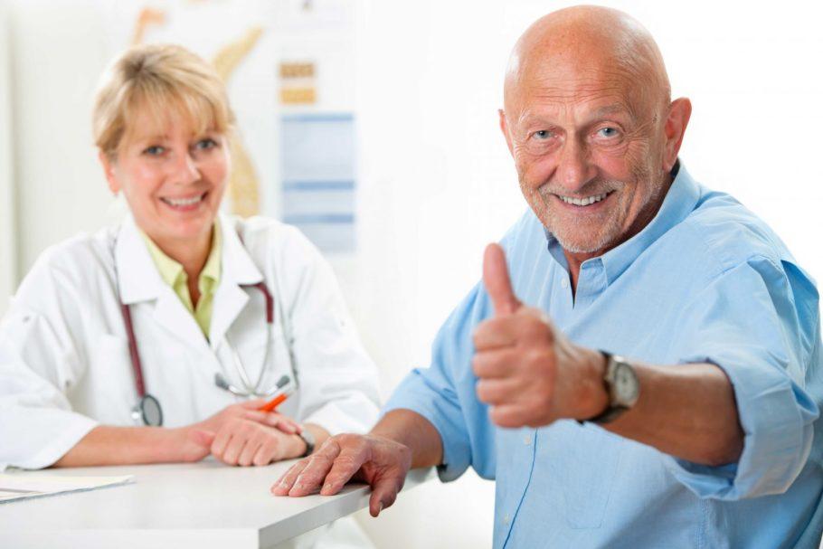 мужчина показывает палец вверх рядом с врачом