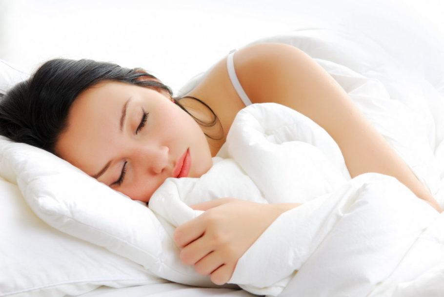 Девушка спит в постели