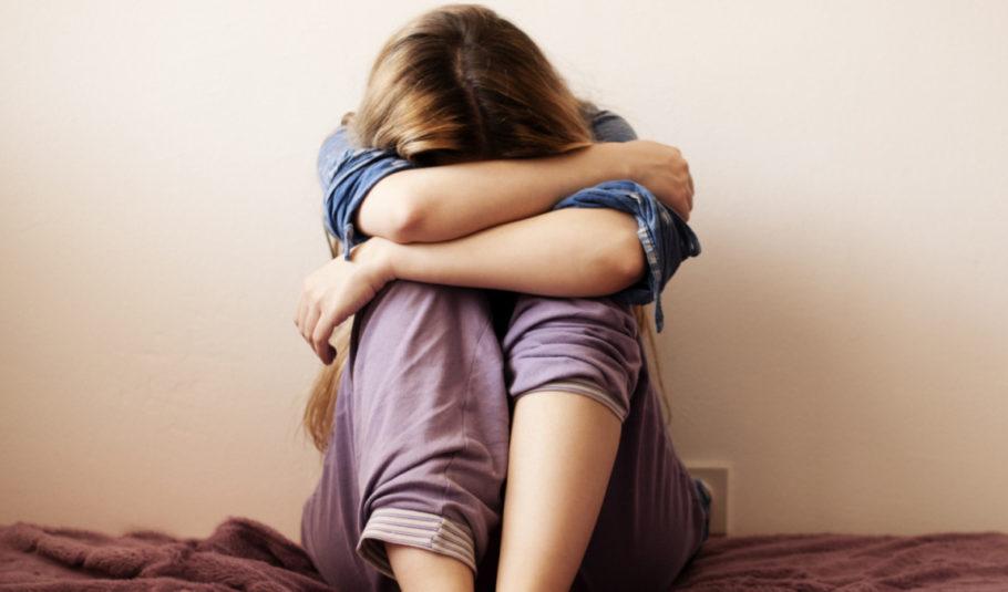 девушка обхватила колени руками