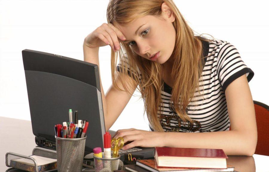 девушка за ноутбуком