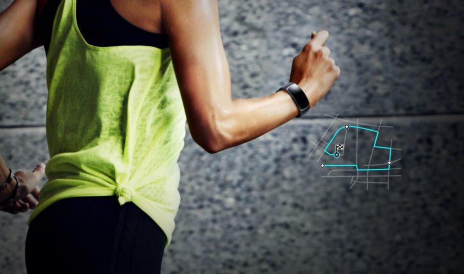 девушка бежит с фитнес-браслетом на руке