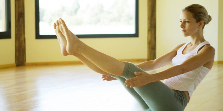 девушка делает упражнение для ног