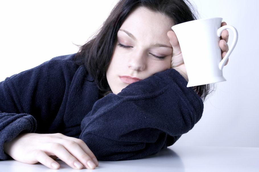 девушка уснула с чашкой в руке