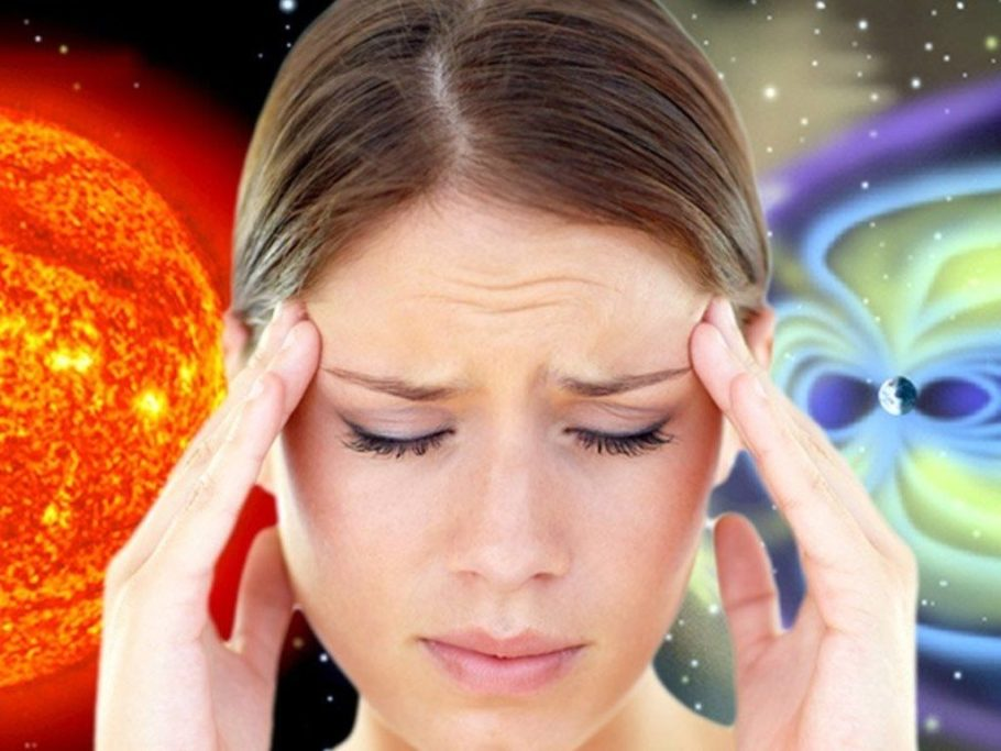 девушка держится за голову на фоне космоса